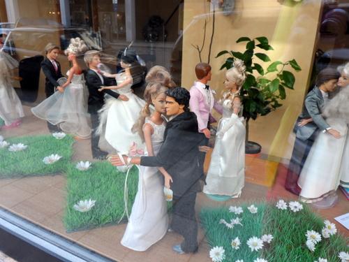 Schaufenster mit Barbie-Puppen