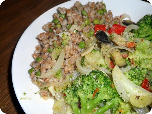Dinkel-Gemüsepfanne mit Aubergine und Fenchel