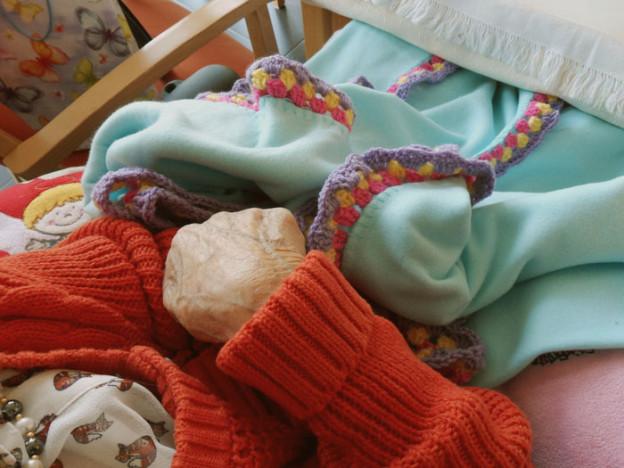 Fleecedecke mit Granny Stripe Häkelrand umhäkelt