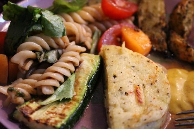 Mut zum Veggie grillen: Grillkäse, Zucchini, Tomaten, Zwiebeln, Mais, Pilze