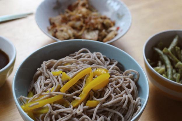 Japanisch vegan: Zarusoba mit Bohnen in Tahinsoße