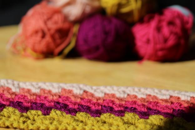 Ein Häkel-Granny-Kissen in Herbstfarben entsteht