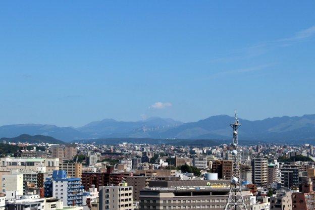 Japan: Der Vulkan Aso vom Schloss Kumamoto aus