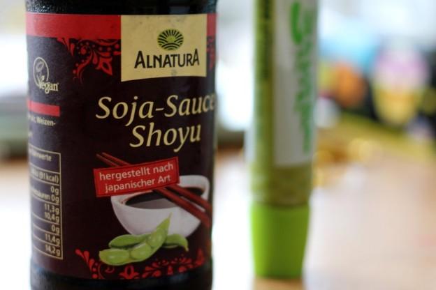 Japanisches Frühstück: Soja-Sauce und Wasabi