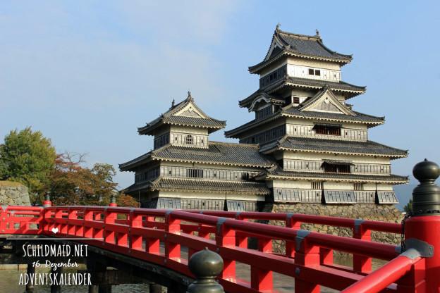 Eine der wenigen schwarzen Burgen Japans in Matsumoto