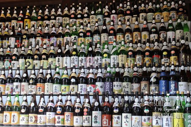 Jede Menge geweihte Sake-Flaschen am Meiji-Schrein in Tokio