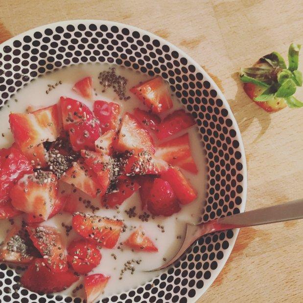 Eins meiner belibtesten Instagram-Bilder: Ein gesunder Snack aus Erdbeeren, Nussmilch und Chia-Samen